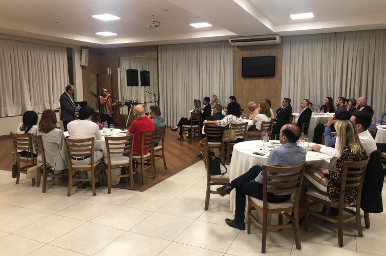 (Português do Brasil) Jantar em Joinville (SC) Capítulo 017 (11/04)